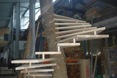 Fabrication de l'escalier en bois dans l'atelier